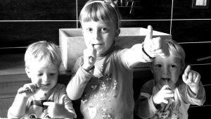 Lavare i denti ai bambini - Figli Tirone